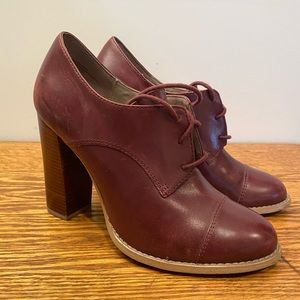 High heeled leather Oxford shoes. Maroon 8.5